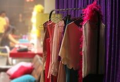 Scaffale Colourful dei vestiti fotografie stock libere da diritti