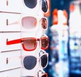Scaffale con gli occhiali da sole Fotografie Stock Libere da Diritti