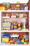 Scaffale con i giocattoli Fotografia Stock