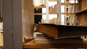 Scaffale con i libri - molti libri nella biblioteca stock footage