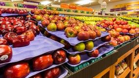 Scaffale con le mele in un supermercato americano Fotografia Stock Libera da Diritti