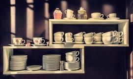 Scaffale con le tazze ed i piatti Fotografie Stock Libere da Diritti
