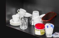 Scaffale con le tazze, i vetri, i piatti, lo zucchero ed il tè Fotografia Stock Libera da Diritti