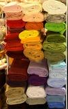 Scaffale con parecchi rotoli di tessuto colorato per i sarti fotografie stock libere da diritti
