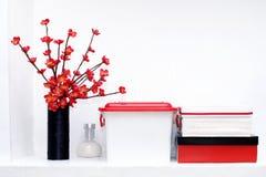 Scaffale con scatole e fiori fotografie stock