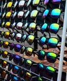 Scaffale degli occhiali da sole Fotografie Stock Libere da Diritti