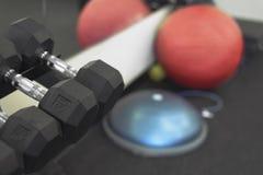 Scaffale dei pesi con palla medica nello studio di forma fisica Fotografie Stock Libere da Diritti