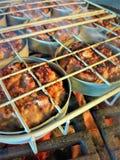 Scaffale del cursore con gli Mini-hamburger della carne di maiale sulla griglia Fotografie Stock Libere da Diritti