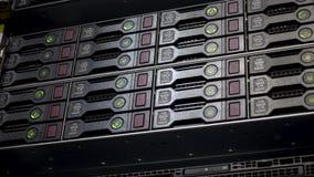 Scaffale del disco rigido del server Server di dati in pieno dei dischi rigidi di lavoro con gli indicatori verdi stock footage