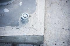 Scaffale del metallo serrato a calcestruzzo fotografia stock