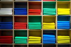 Scaffale del negozio con i plaid o le sciarpe fotografia stock libera da diritti