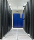 Scaffale del nero del deposito della stanza del server Immagini Stock