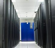 Scaffale del nero del deposito della stanza del server Fotografia Stock Libera da Diritti