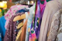 Scaffale dell'abbigliamento di modo con i vestiti variopinti delle donne Fotografie Stock Libere da Diritti