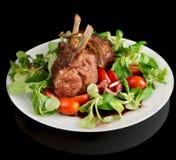 Scaffale dell'agnello fritto raro isolato sul nero Immagine Stock