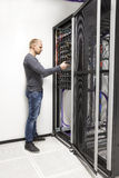 Scaffale della rete di configurazione di consulente IT in centro dati Immagine Stock Libera da Diritti