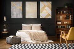 Scaffale di legno con le decorazioni dell'oro fotografia stock