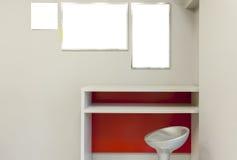 Scaffale di legno e tre immagini sulla parete Fotografia Stock