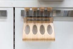 Scaffale di legno magnetico fissato al muro per la spezia o il tubo BO del condimento Immagini Stock