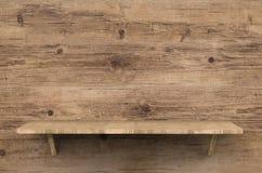 Scaffale di legno su fondo di legno Fotografie Stock