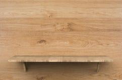 Scaffale di legno su fondo di legno Fotografia Stock Libera da Diritti