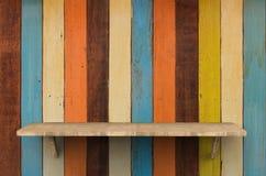 Scaffale di legno su fondo di legno Immagini Stock Libere da Diritti