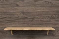 Scaffale di legno su fondo di legno Immagine Stock