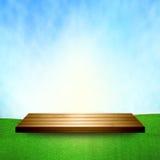Scaffale di legno sul pavimento dell'erba del cielo Immagine Stock Libera da Diritti