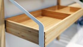 Scaffale di legno vuoto per uso della famiglia ed il fondo vago della cucina fotografie stock