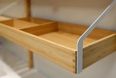Scaffale di legno vuoto per uso della famiglia ed il fondo vago della cucina fotografia stock libera da diritti