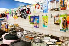 Scaffale di negozio dell'animale domestico con i rifornimenti dell'animale domestico Fotografie Stock Libere da Diritti