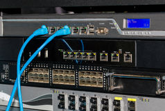 Scaffale di telecomunicazioni con i commutatori e le pareti refrattarie Immagini Stock