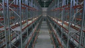 Scaffale di vista di prospettiva in un centro vuoto di logistica archivi video