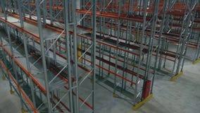 Scaffale generale di vista superiore in un centro vuoto di logistica stock footage