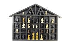 Scaffale nero d'annata della scatola di legno con il pezzo del cavallo di scacchi di variuos Immagini Stock Libere da Diritti