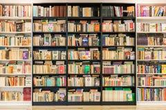 Scaffale per libri con i vecchi libri di seconda mano da vendere Immagine Stock