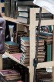 Scaffale per libri con i vecchi libri in una stalla in strada di Portobello Immagini Stock