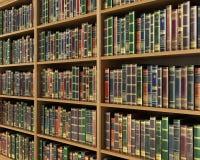 Scaffale per libri in pieno del fondo dei libri Fotografia Stock