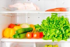 Scaffale pieno del frigorifero Immagine Stock