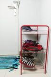 Scaffale rosso del metallo con le scarpe Immagine Stock