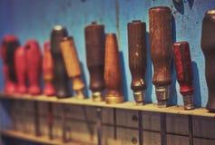 Scaffale rustico con i cacciaviti d'attaccatura di abbondanza immagine stock libera da diritti