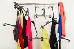 Scaffale sudicio dei vestiti e dei ganci Fotografia Stock Libera da Diritti