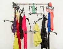 Scaffale sudicio dei vestiti e dei ganci dopo una grande vendita Immagine Stock