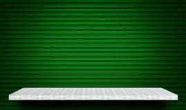 Scaffale sul fondo verde del metallo per l'esposizione del prodotto fotografia stock
