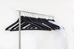 Scaffale vuoto con l'attaccatura i ganci e delle borse neri per i vestiti Fotografia Stock Libera da Diritti