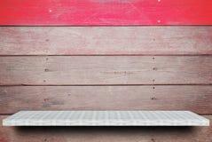 Scaffale vuoto su fondo di legno per l'esposizione del prodotto fotografia stock