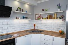 Scaffali bianchi del banco della cucina con i vari ingredienti alimentari su fondo bianco fotografia stock libera da diritti