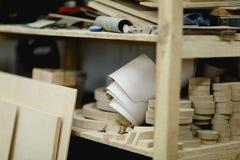 Scaffali con gli spazii in bianco di legno nell'officina immagine stock libera da diritti