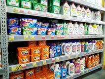 Scaffali con i vari prodotti chimici di famiglia per la lavanderia in un ipermercato immagini stock