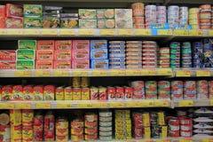 Scaffali con la latta in supermercato Fotografia Stock